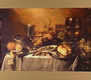 Stilleven van een roemer, een omgevallen glazen beker, een zoutvat, een krab op een zilveren schotel en olijven in porseleinen kom