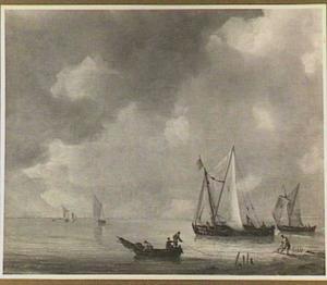 Schepen voor de kust met in de voorgrond een vissersbootje