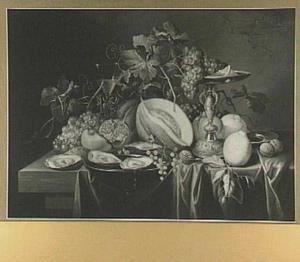Stilleven van vruchten en oesters op een tafel; rechts en tazza