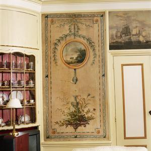 Neoclassicitische behangselschildering met ornamenten, een medaillon, bloemen en vruchten