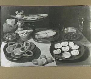 Stilleven van oesters, vis, krakelingen, bekerschroef en glaswerk