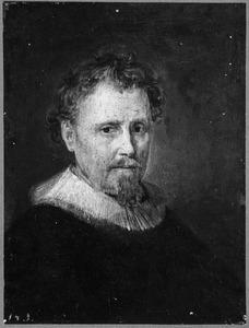 Portret van een man met een slappe plooikraag en een sik