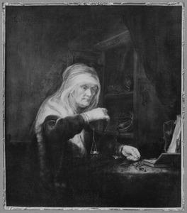 Goudwegende vrouw in een interieur