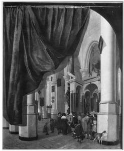 Kerkbezoekers bij het praalgraf van Willem I in de Nieuwe Kerk te Delft met een trompe-l'oeil geschilderd gordijn