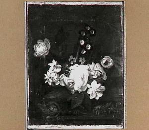 Bloemen op een stenen tafel met een geornamenteerde rand
