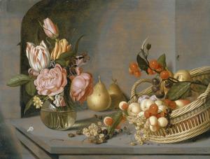 Vaas met bloemen en een mand met vruchten in een nis