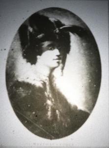 Een jonge man met een hoed met pluim