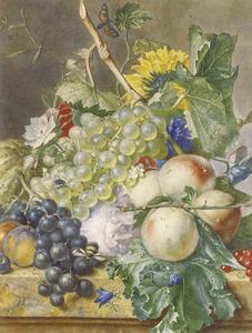 Stilleven van vruchten en bloemen op een marmeren plint