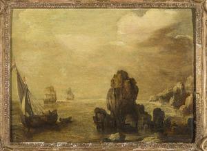 Schepen voor een rotsachtige kust