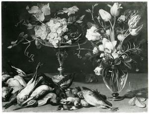 Een stillleven met jachtbuit, een vaas met bloemen en fruit op een tafel