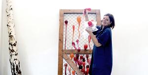 Maria Roosen met een van haar werken in haar atelier