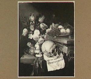Vanitasstilleven van schedel, boeket bloemen, vruchten op een schaal en boeken