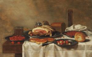 Stilleven met ham, brood, aardbeien, rode aalbessen en kersen op een tafel