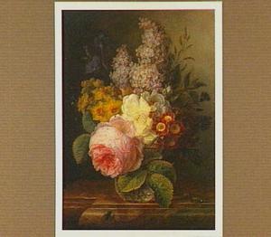 Bloemen in een glazen vaas op een marmeren tafel