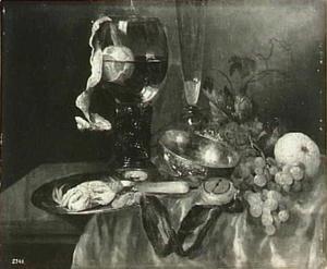 Stilleven met krab, fruit, horloge, wijnglazen en zilveren kom