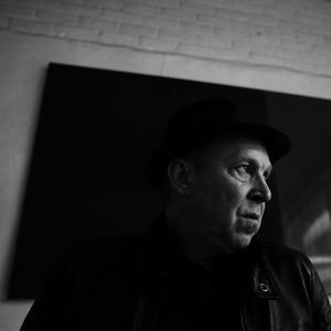 Portret van Dirk Braeckman in zijn atelier