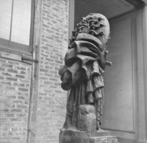 Het atelier van Antoine Bourdelle met een bronzen figuur met cape en de zon op de rug