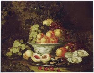 Vruchten en oesters op en rondom een porseleinen kom en een tinnen bord