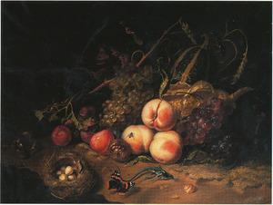 Stilleven van vruchten, dieren en insecten op een mossige ondergrond