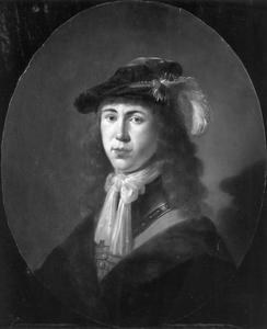 Jonge man met lang haar en een baret