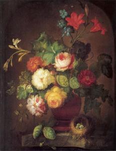 Bloemen in een terracotta vaas en een vogelnestje