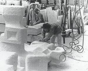 Portret van George van der Wagt werkend aan beeldhouwwerk