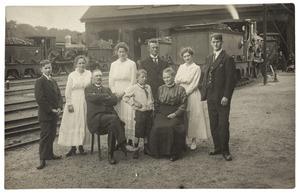 Portret van Johan Wilhelm Frederik Ditmarsch (1857-1926), Johanna Wilhelmina Verloop (1862-1947) en hun kinderen