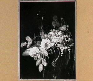 Stilleven met rozen, vruchten en glaswerk