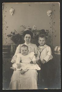 Portret van Anna Alida Elise Dietz (1875-1936) en haar kinderen