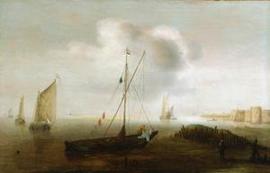 Aangemeerd visserschip met gestreken zeil met op de achtergond een fortificatie