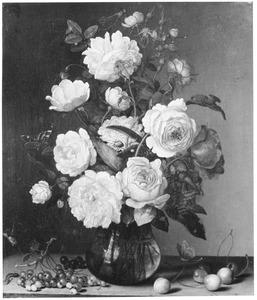 Stilleven van rozen in een glazen vaas en vruchten op een stenen plint