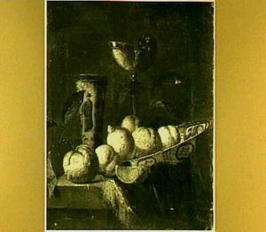 Stilleven van fruit in porceleinen schaal, chinese vaas en