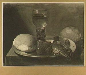 Stilleven van een bord met een roemer, kreeften, brood en hazelnoten