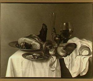 Stilleven met ham, vaatwerk en nautilusbeker op een wit servet
