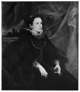 Portret van een vrouw, zittend naar rechts met een kerkboekje in de hand