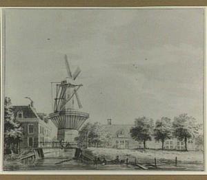Amsterdam: schans aan de Sarphatistraat met Bolwerk Outewaal, met daarop molen de Ruiter, en lijnbaan de Arend, gezien over de Baangracht