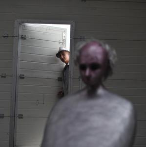 Portret van Henk Visch in zijn atelier