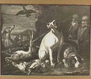 Vier honden bij een buit van haas en gevogelte, links een vogelnet en rechts twee valken