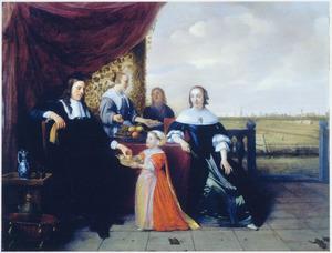 Portret van een familie op een terras met een polderlandschap in de achtergrond
