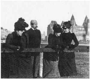 Een gezelschap met onder andere de kunstenaars Constantia Arnolda Balwé en Martinus van Regteren Altena met op de achtergrond het Rijksmuseum te Amsterdam