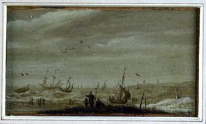Strandgezicht met zeilende schepen op zee