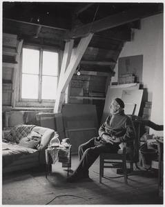 Herbert Fiedler in zijn atelier aan het Frederiksplein te Amsterdam.