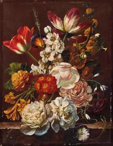 Kleurrijk bloemenboeket in vaas op marmeren plint
