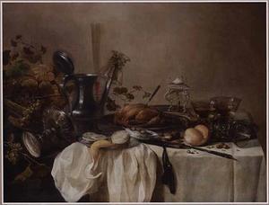 Stilleven met gevogelte, drie roemers, een bokaal, een tinnen kan, fruit, olijven, noten en brood op een tafel met een witte doek