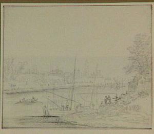 Rivier met boten, op de achtergrond een stad