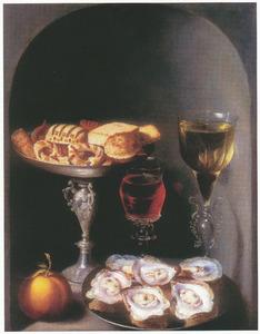 Stilleven van oesters, tazza met koekjes, oranjeappel en twee glazen in een nis