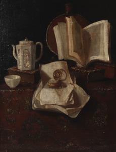 Stilleven met boeken, brieven, een horloge en andere voorwerpen op een tafel bedekt met een tafelkleed