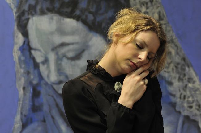Portret van Annemiek Vera in haar atelier