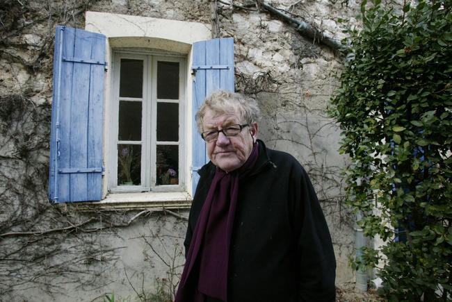 Barend Blankert staand buiten bij zijn atelier