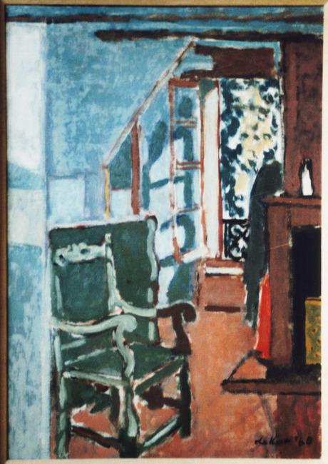 Interieur met groene stoel en open raam